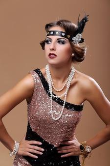 Glamour kobieta odwraca wzrok