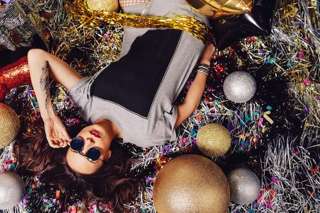 Glamour party kobieta nosi okulary