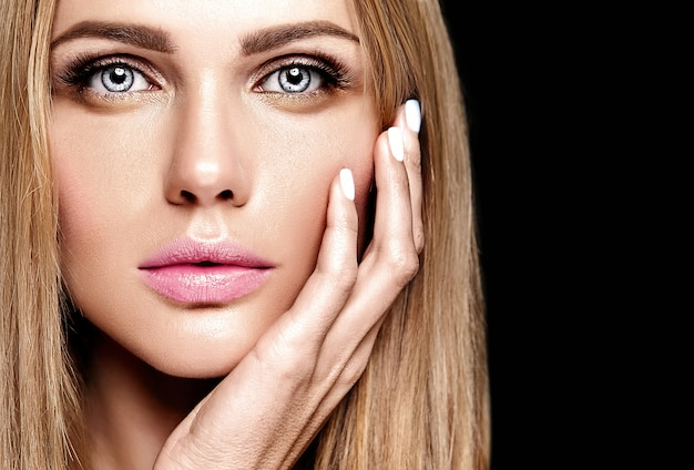 Glamour portret pięknej blond modelki damy ze świeżym makijażem dziennym z kolorem nagich ust i czystą, zdrową skórę twarzy