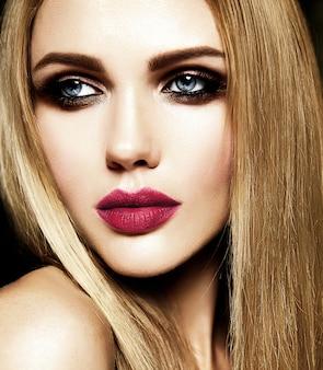 Glamour portret pięknej blond modelki pani ze świeżym makijażem dziennym z czerwonymi ustami koloru i czystej zdrowej skóry