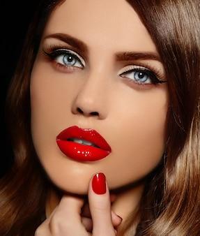 Glamour portret zbliżenie piękny seksowny stylowy model kaukaskiej młodej kobiety z czerwonymi ustami