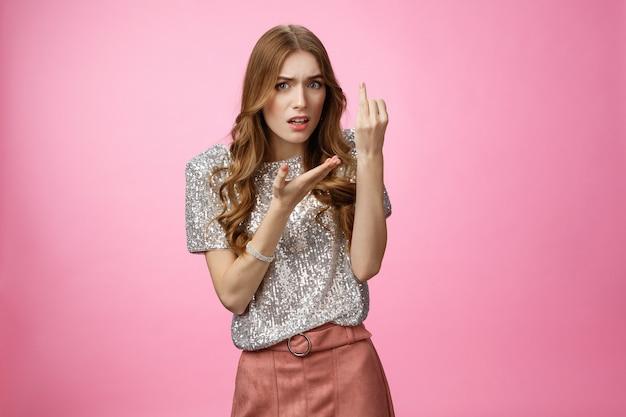 Glamour wkurzona dziewczyna kłócąca się chłopak przesłuchiwany zaniepokojony, gdy ślub pokazuje palec serdeczny fru...