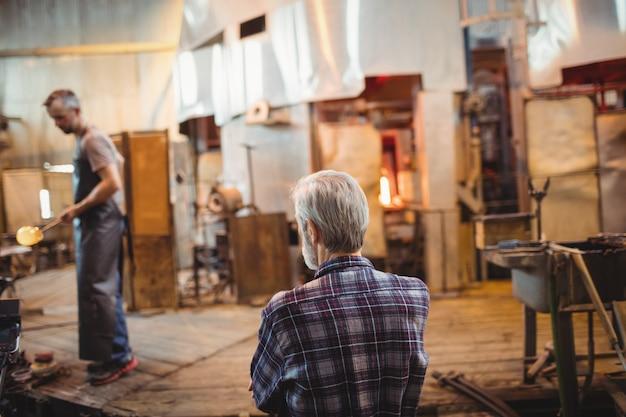 Glassblower patrzeje współpracownika działanie