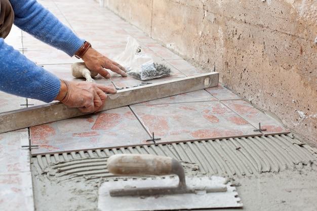 Glazurnik pracuje z podłogą.
