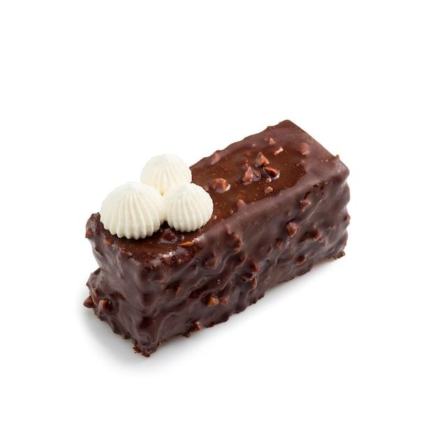 Glazurowana mini tarta czekoladowa z kremem na białym tle