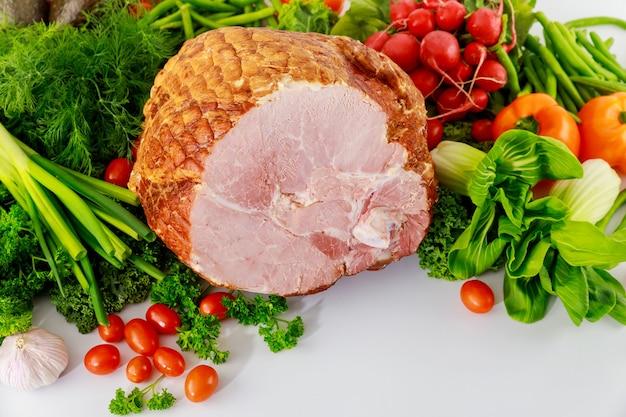 Glazurowana szynka wieprzowa ze świeżymi warzywami. zdrowe jedzenie. posiłek wielkanocny.