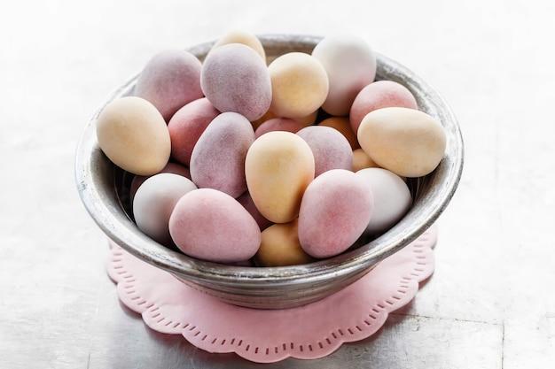 Glazurowane cukierki w misce