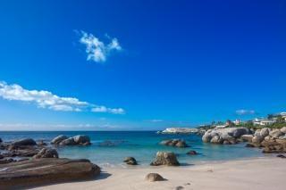 Głazy plaża piaszczysta hdr