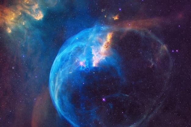 Głęboka gwiaździsta przestrzeń z kolorowymi mgławicami, galaktykami i gwiazdami. tapeta kosmos