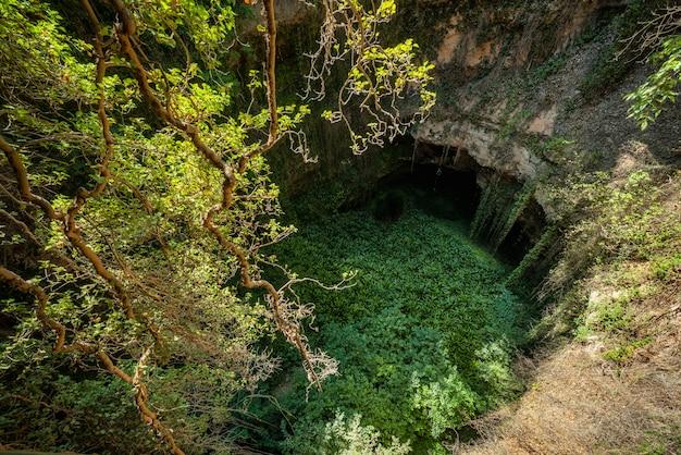 Głęboka naturalna dziura zlewowa w grisel, aragonia, hiszpania.