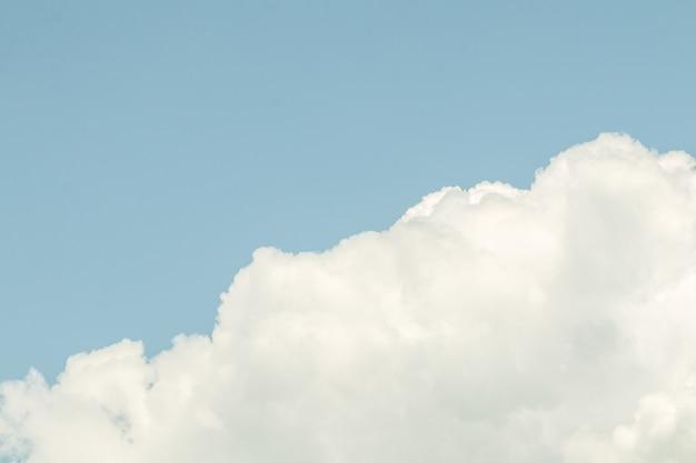 Głębokie błękitne niebo i białe chmury w tle.