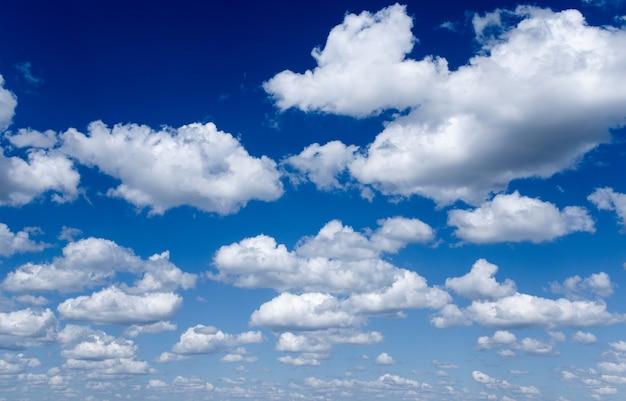 Głębokie błękitne niebo i chmury.
