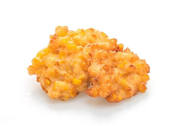 Głęboko smażona kukurydza na białym tle - wegańskie i wegetariańskie jedzenie