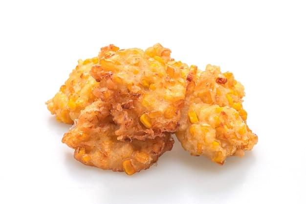 Głęboko smażona kukurydza na białym tle - wegańskie i wegetariańskie styl żywności
