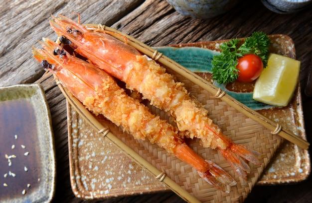 Głęboko smażone krewetki w stylu japońskim lub ebi furai.