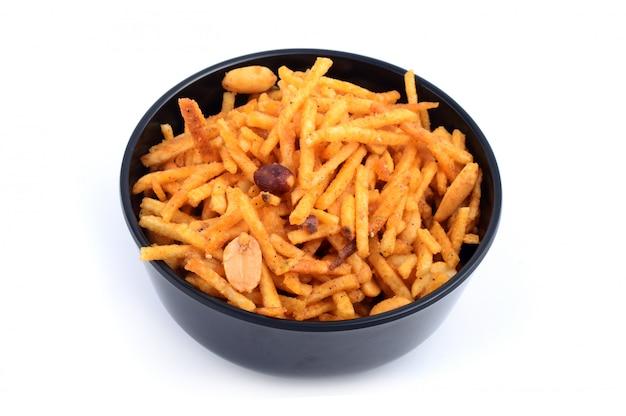 Głęboko smażone słone danie - chivda lub mieszanka zrobiona z gramowej mąki i zmieszana z suszonymi owocami.