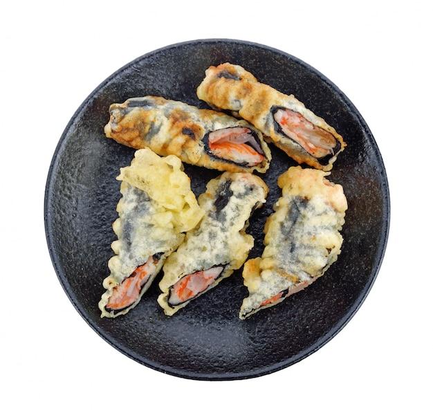 Głęboko smażone sushi. japońskie jedzenie na talerzu na białej powierzchni