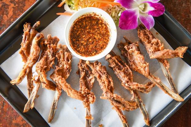 Głęboko smażone usta kaczki, gotowana głowa kaczki, tajska i chińska tradycyjna kuchnia