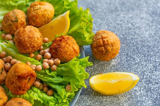 Głęboko smażony domowy falafel wegetariański wykonany z mielonej ciecierzycy i brokułów z sosem musztardowo-cytrynowym