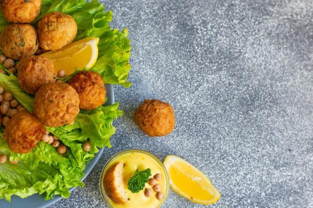 Głęboko smażony domowy falafel wegetariański z mielonej ciecierzycy i brokułów
