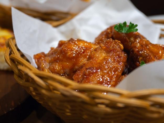 Głęboko smażony kurczak w koszu z pietruszką