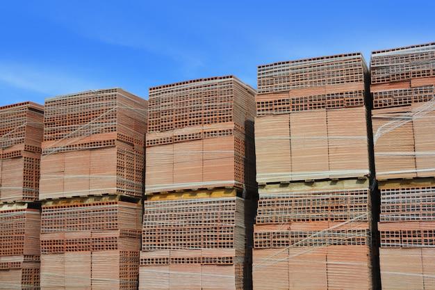 Gliniane czerwone płytki z materiału budowlanego