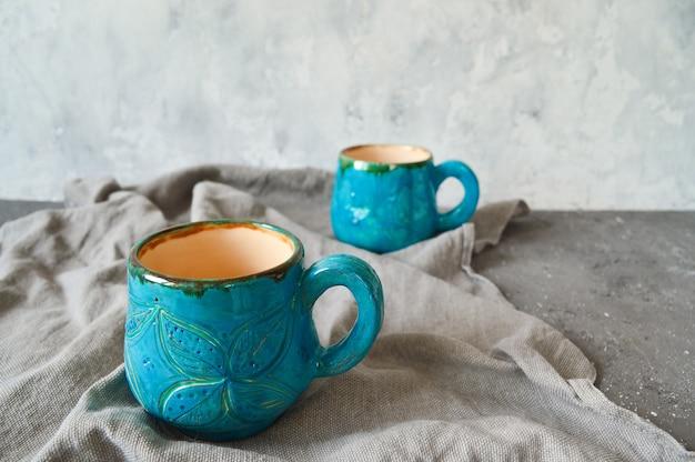 Gliniane filiżanki wykonane ręcznie w kolorze niebieskim. pojęcie ekologii.