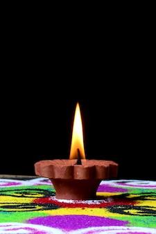 Gliniane lampy diya zapalone podczas obchodów diwali. pozdrowienia indian hindu light festival o nazwie diwali