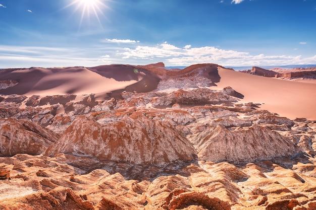 Gliniane skały i wydmy. valle de la luna. pustynia atacama. chile. ameryka południowa