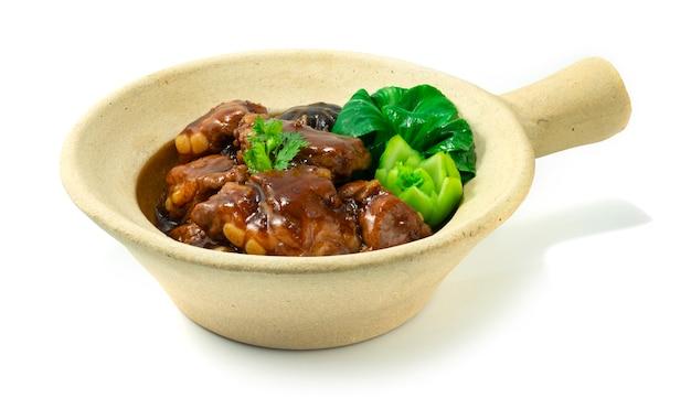 Gliniane żeberka wieprzowe duszone chińskie jedzenie w stylu hongkońskim zdobią bok choy