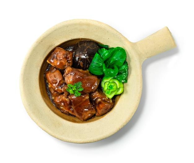 Gliniane żeberka wieprzowe duszone chińskie jedzenie w stylu hongkońskim zdobią widok z góry bok choy