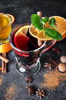 Glintwein w tle baru z miodem i owocami