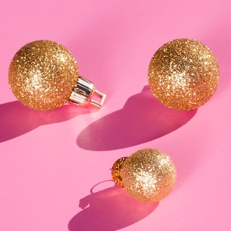 Glitter globusy na różowym tle
