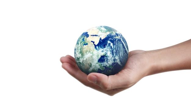 Glob, ziemia w dłoni, trzymająca świecącą planetę. obraz ziemi dostarczony przez nasa