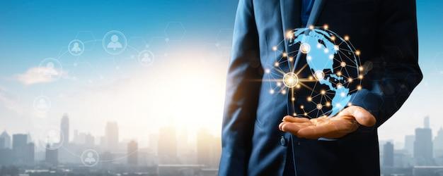 Globalna sieć społecznościowa i połączenie internetowe na abstrakcyjnych danych na całym świecie koncepcja cyberprzestrzeni, bliska ręka biznesmena trzymającego sieć bezprzewodową ziemia łączy się z ludźmi przez technologię 5g