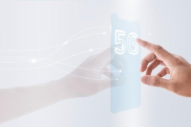 Globalna technologia tła sieci 5g z futurystycznym przezroczystym smartfonem zremiksowanym