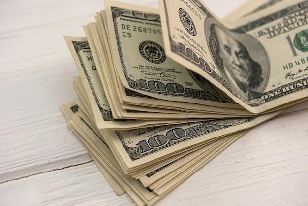 Globalna waluta banknoty w dolarach amerykańskich jako tło, oszczędność