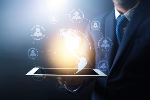 Globalne połączenie sieciowe i zaawansowana technologia, biznesmen posiadający tablet z globem ziemskim z łączeniem linii, na całym świecie, koncepcja internetu w sieci, element tej ziemi dostarczony przez nasa