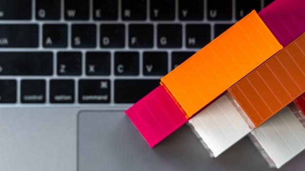 Globalny kontenerowiec biznesowy w logistyce biznesowej importu i eksportu, dostawa firmowa i technologia logistyczna biznesowa, pojemnik na laptopie komputerowym selektywnym ustawieniu ostrości.