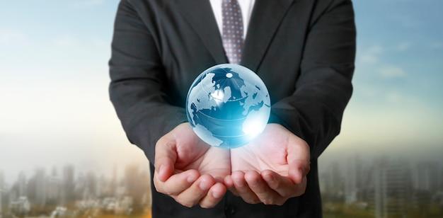 Globe, ziemia w ludzkiej dłoni, trzymająca świecącą planetę. obraz ziemi dostarczony przez nasa