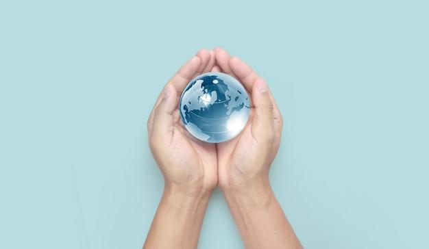 Globus w ręku, koncepcja oszczędzania energii, elementy tego obrazu dostarczone przez nasa