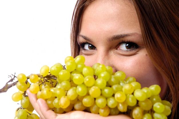 Głodna dziewczyna chce zjeść pyszne soczyste winogrona