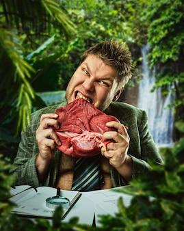 Głodny człowiek je czerwone świeże mięso