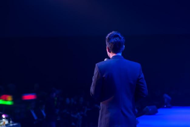 Głośnik na scenie i prowadzenie rozmów na spotkaniu biznesowym