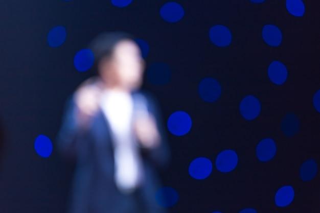 Głośnik na scenie w sali konferencyjnej