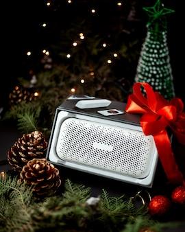 Głośnik z zabawkami noworocznymi