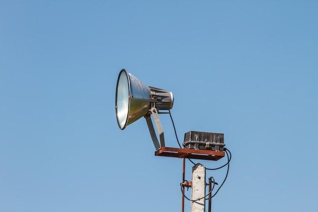 Głośnikowy megafon biały na słupie
