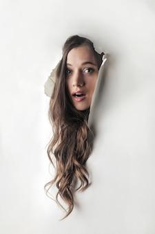 Głowa kobiety wychodząca z dziury