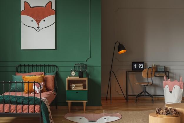 Głowa lisa na pionowym plakacie w szmaragdowozielonej sypialni nastolatka
