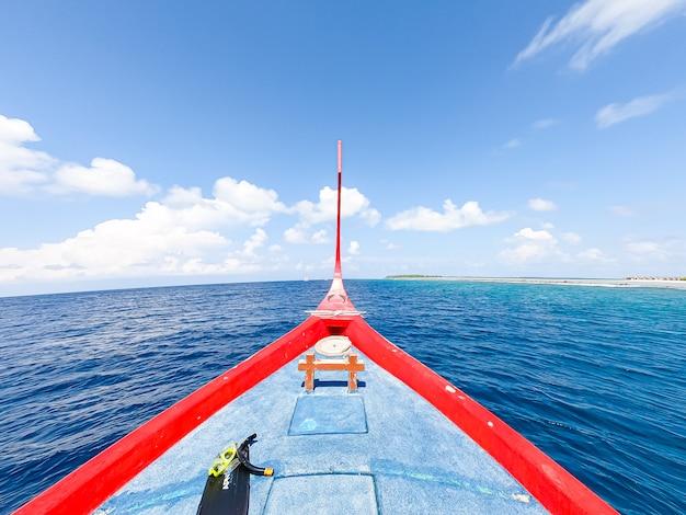 Głowa statku z oceanu i błękitne niebo